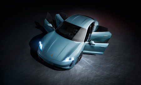 Представлена «дешёвая» версия электромобиля Porsche Taycan 4S