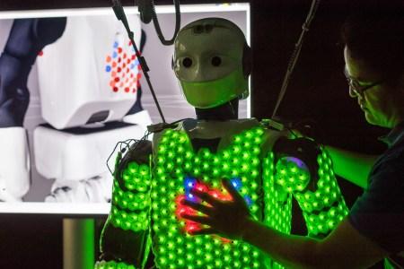 Искусственная кожа, разработанная немецкими инженерами, позволит роботу обнять человека, не раздавив его
