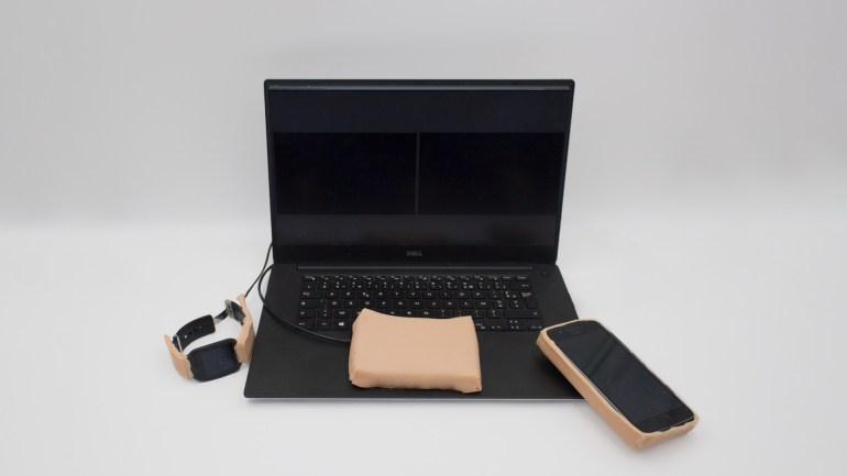 """Британские исследователи под руководством французского инженера разработали """"умный"""" чехол для смартфона из искусственной человеческой кожи"""