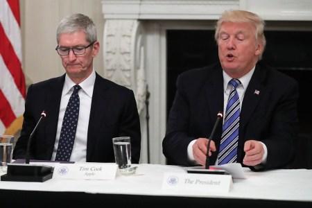 Дональд Трамп: «Эй, Тим, а кнопка на iPhone была НАМНОГО лучше, чем свайп!»