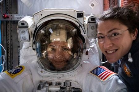 Две астронавтки впервые в истории вышли в открытый космос