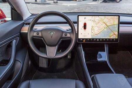 Функция Smart Summon в автомобилях Tesla привела к нескольким авариям на парковках
