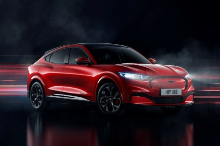 Электрокроссовер Ford Mustang Mach-E представлен официально: мощность до 465 л.с., батареи на 76/99 кВтч, запас хода до 600 км (WLTP), скоростная зарядка 150 кВт и пять версий от $44 тыс. и выше