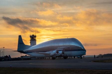 Гигантский самолет NASA Super Guppy доставил космический корабль Orion в Огайо для испытаний