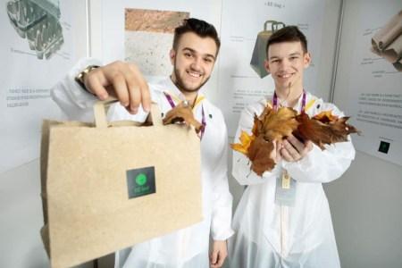 На Житомирском картонном комбинате изготовили первую партию бумаги и упаковки из опавших листьев по технологии украинского студента Валентина Фречки