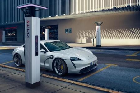 Электромобиль Porsche Taycan Turbo показал всего 323 км (201 миля) запаса хода в цикле EPA — это намного меньше, чем ожидалось