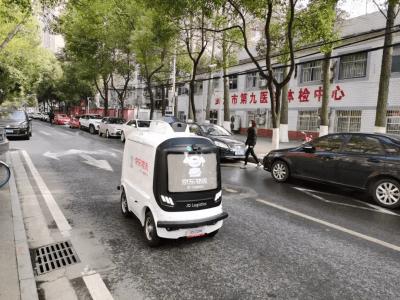 Китайский интернет-гигант JD.com начал доставлять товары медицинского назначения из своего логистического центра в одну из больниц Уханя колесными робокурьерами