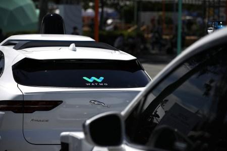 Бывший водитель Waymo специально подрезал один из робомобилей компании, устроив умышленную аварию с участием беспилотника