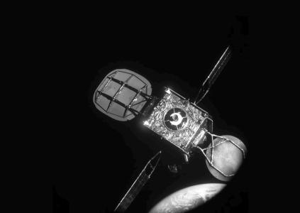 Два коммерческих спутника впервые состыковались в космосе, и один из них возьмёт другого на буксир