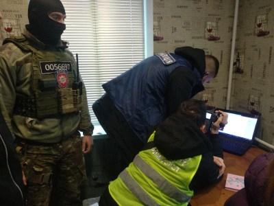 Киберполиция разоблачила украинца, который создал несколько нелегальных онлайн-кинотеатров. Он успел заработать 0,5 млн грн на рекламе и нанести ущерб на 4 млн грн
