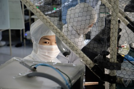 Sharp наладит выпуск защитных масок на одной из фабрик по производству телевизоров
