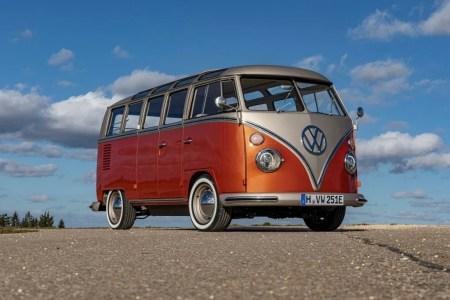 Немецкая компания eClassics превратила классический микроавтобус VW T1 в электрический e-BULLI с запасом хода 200 км и ценником $69,5 тыс.