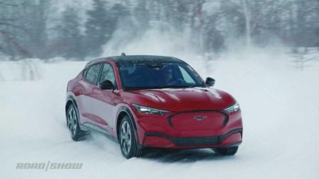 Видео дня: Электрокроссовер Ford Mustang Mach-E зажигательно дрифтует по снежной трассе