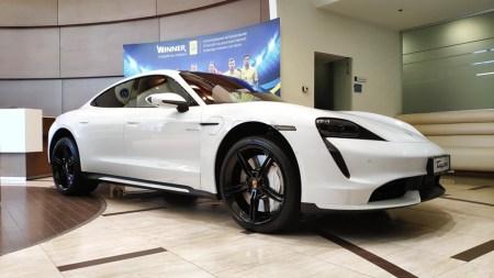 В Украину официально ввезли первые два электромобиля Porsche Taycan по цене от 2,64 млн грн, вся партия на 2020 год для нашей страны уже распродана