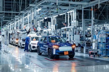 В Китае собрали первые 200 электрокроссоверов BMW iX3, серийную сборку запустят в конце лета, а отгрузку клиентам — до конца года
