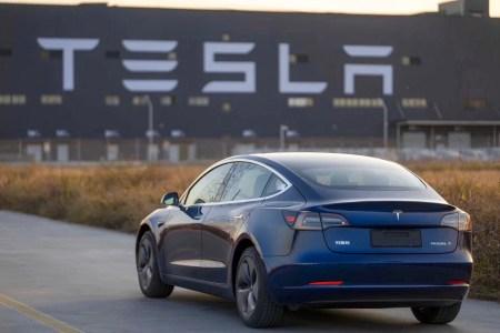 16 лет или 2 млн км. Китайский партнер Tesla готов начать выпуск новых батарей для электромобилей