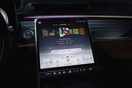 Новая автомобильная система Mercedes-Benz MBUX получила большой сенсорный дисплей и дополнительный «автостереоскопический» экран для водителя