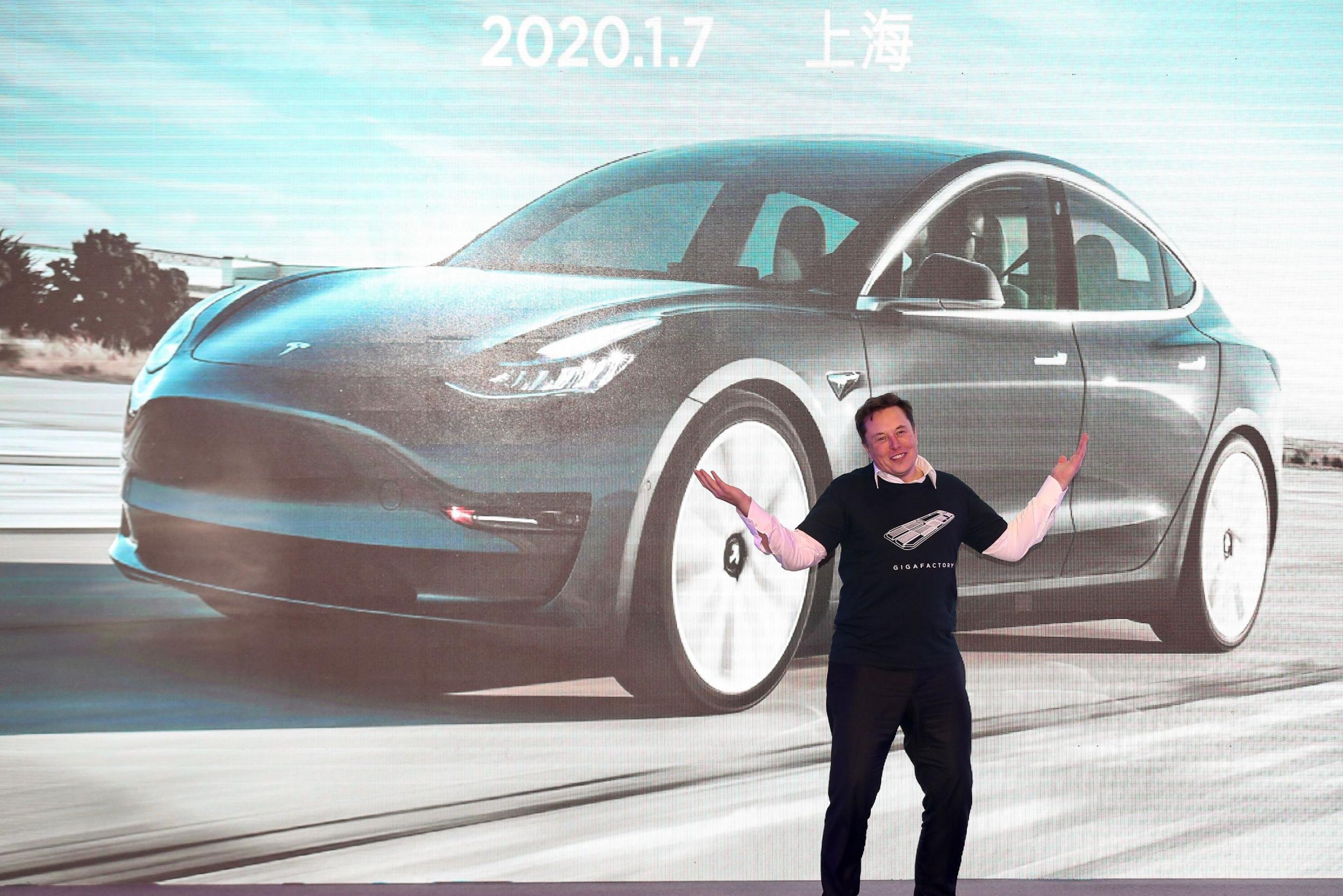 На фоне успехов Tesla Маск высмеял в твиттере SEC, пообещав пошить «Комиссии по обогащению шортселлеров» красные атласные шорты»