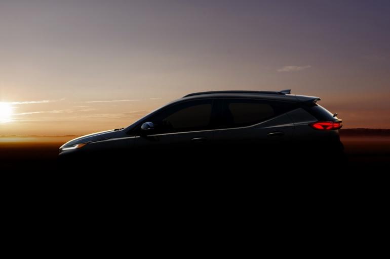 Chevrolet показал официальные тизеры обновленного электромобиля Bolt EV и нового электрокроссовера Bolt EUV, их производство запустят летом 2021 года