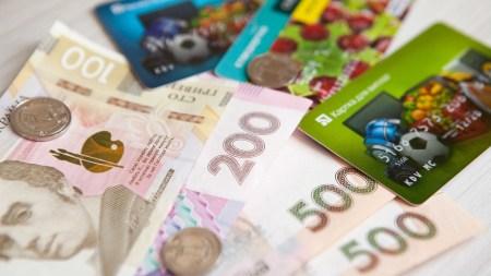 НБУ: В первом полугодии 2020 года украинцы все реже снимали наличку и все чаще платили бесконтактными картами [инфографика]