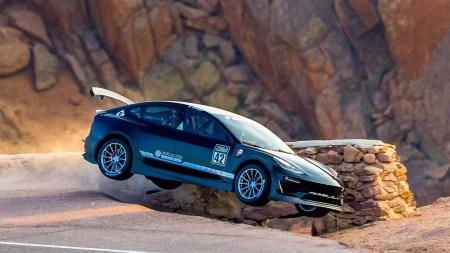 Пилот разбил Tesla Model 3 в квалификации к горной гонке Пайкс Пик, до этого он занял первое место с отрывом в 26 сек [фото, видео]