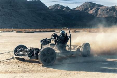 Стартап Canoo показал свою скейтборд-платформу для электромобилей, собрав на ее основе песчаный багги «скейткарт» [видео]