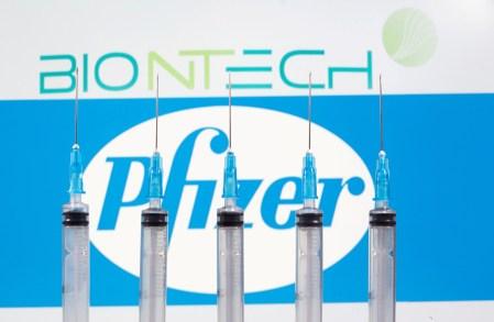 Pfizer и BioNTech завершили финальные испытания вакцины от коронавируса, повысив оценку ее эффективности до 95%