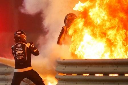 Во время аварии на вчерашней гонке в Бахрейне болид F1 Романа Грожана разорвало пополам, жизнь гонщику спасла дуга Halo [видео]