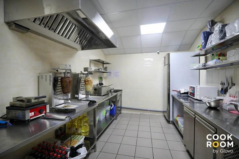 Glovo розширив мережу «хмарних кухонь» в Україні, відкривши третій Cook Room у Києві та перший у Дніпрі