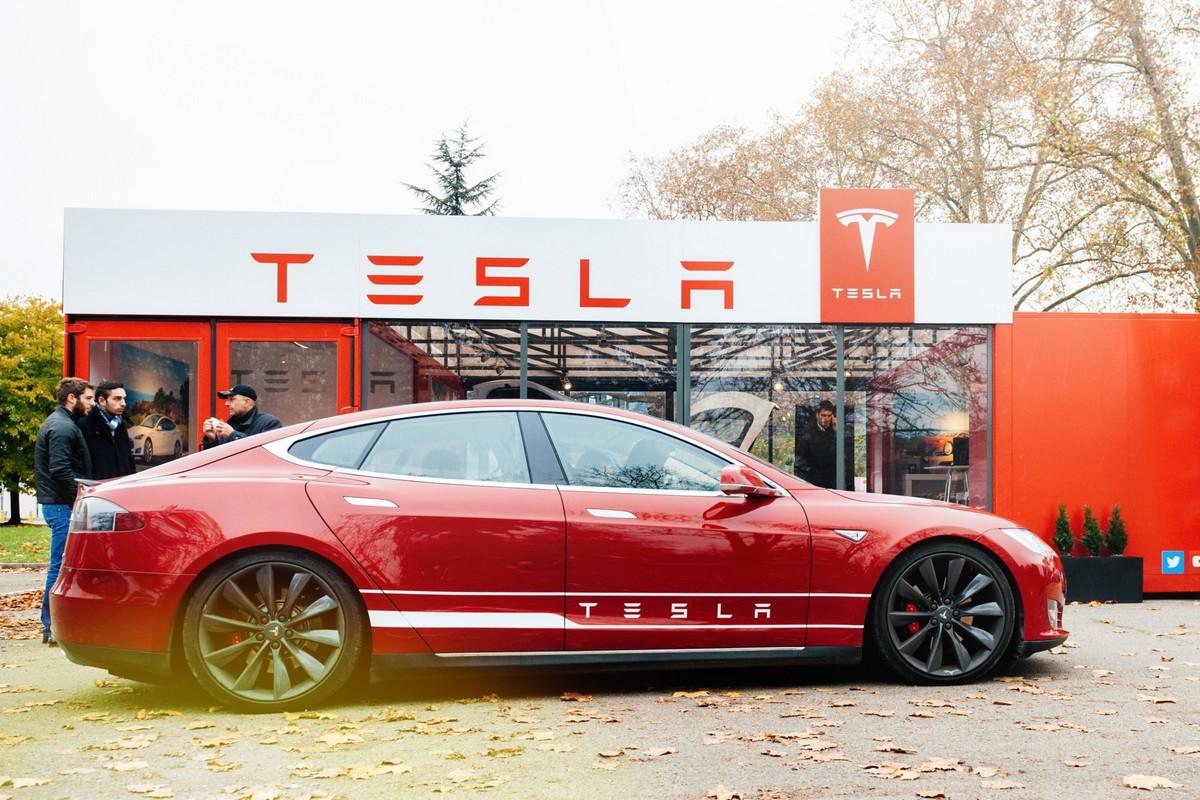 Акции Tesla упали до 700 долларов, а Илон Маск за день обеднел на 15 миллиардов долларов