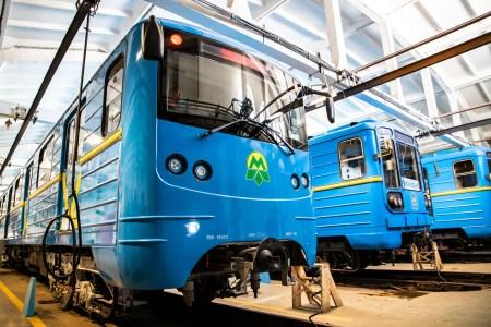 «Київський метрополітен» за 35 млн грн модернізував поїзд 80-х років випуску — тепер там корпус з склопластику, новий салон та інформер з місцезнаходженням в реальному часі