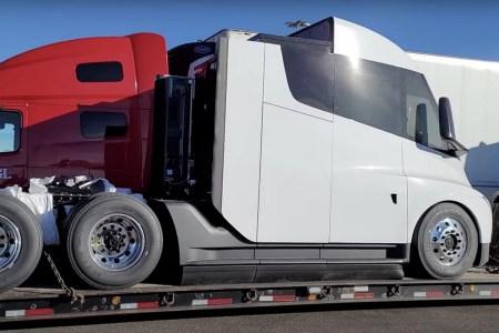 Илон Маск раскрыл точную емкость батарейного блока электрического тягача Tesla Semi — 500 кВт⋅ч