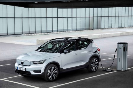 Автомобили Volvo станут полностью электрическими к 2030 году, при этом уже к 2025 году компания рассчитывает продавать 50% электромобилей (только через онлайн) и 50% гибридов