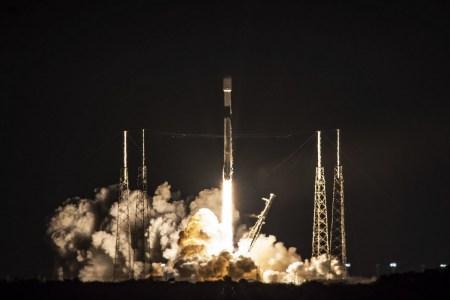 SpaceX успешно отправила на орбиту еще 60 спутников Starlink и в 75-й раз вернула первую ступень Falcon 9 — для нее это был восьмой полет