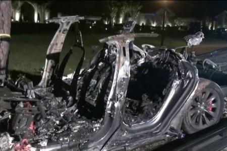 В США два человека погибли в жуткой аварии с горящей Tesla, которой никто не управлял