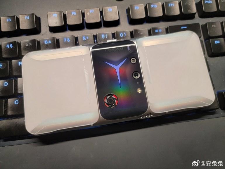 Новый игровой смартфон Lenovo засветился на живых фото: блок камер в центральной части и встроенный вентилятор для охлаждения