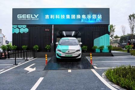 Geely открыл в Китае станции автоматической замены батарей электромобилей, которые справляются с процессом всего за 1 минуту [видео]