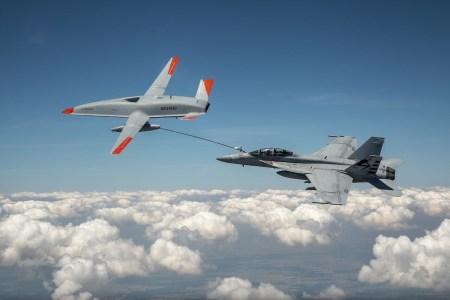 Boeing первым продемонстрировал дозаправку самолета в воздухе при помощи беспилотника