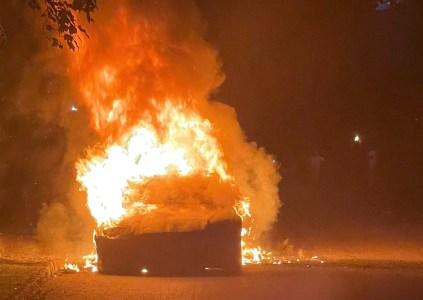 В Пенсильвании на ходу загорелся электромобиль Tesla Model S Plaid, водитель на короткое время оказался в огненной ловушке