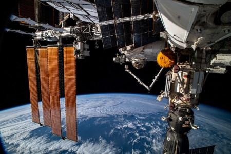 Проблемный российский модуль «Наука» самопроизвольно включил двигатели и временно дестабилизировал ориентацию МКС. Из-за инцидента NASA и Boeing отложили полет корабля Starliner