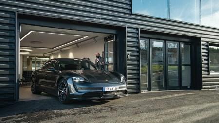 Porsche отзывает 43,000 электромобилей Taycan и Taycan Cross Turismo из-за внезапного отключения двигателя, вызванного ошибкой в ПО