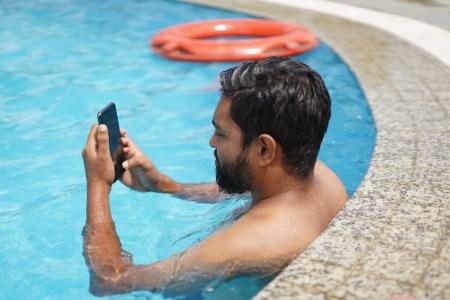 Приложение Water Resistance Tester позволяет проверить, защищен ли ваш смартфон от попадания влаги (оно использует встроенный барометр)