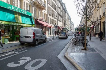 Париж обмежив швидкість автомобілів майже на всіх вулицях до 30 км/год — для підвищення безпеки руху та зниження шуму