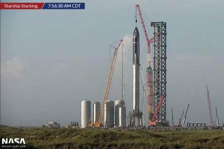 SpaceX соединила Super Heavy Booster 4 и Starship 20 для первого орбитального полета. Вместе их длина достигает 120 метров — как тебе такое, Джефф Безос?