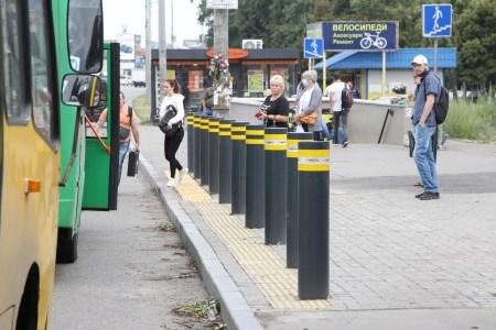 У Києві встановили першу захисну систему зупинки громадського транспорту, пілотний проєкт коштував місту 400 тис. грн (в столиці 2770 зупинок)