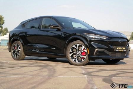 Ford высмеивал Tesla за «проблемы» с отклеивающейся крышей — а теперь отзывает 1 812 электрокроссоверов Mach-E по той же причине (и еще 3 178 штук из-за риска отделения лобового стекла)
