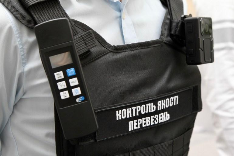 В київських маршрутках почали працювати інспектори, озброєні боді-камерами та термометрами - вони перевіряють дотримання умов пасажирських перевезень