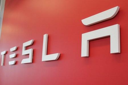 Илон Маск объявил о переносе штаб-квартиры Tesla из Калифорнии в Техас, где строится новый завод. В прошлом году он сам стал техасцем, заявив, что Кремниевая долина «уже не та»