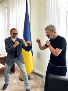 Netflix зібрала 393 дозволи перед початком зйомок у Києві бойовика «Останній найманець», але Україна досі не відшкодувала сервісу €550 тис. кеш-рібейту