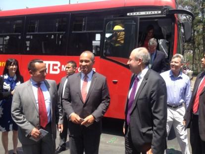 Rufino H. León Secretario de Transportes y Vialidad, Deval Patrick gobernador de Massachusetts y Guillermo Calderón director de Metrobús